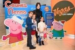 Ани Лорак с дочерью на представлении «Свинка Пеппа. Дедморозное настроение»