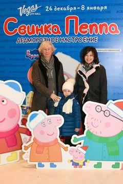 Аркадий Укупник с семьей на представлении «Свинка Пеппа. Дедморозное настроение»