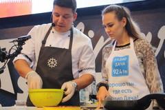 Шеф-повар Дмитрий Крышев и ведущая Радио Дача Юлия Насонова