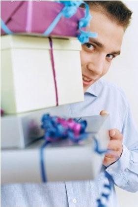 Фото парней с подарками
