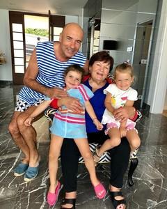 Игорь Крутой с мамой и внучками