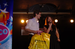 Победитель розыгрыша и ведущая Наталья Селихова