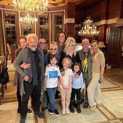 Максим Галкин и Алла Пугачева с детьми и наставниками шоу «Голос 60+»
